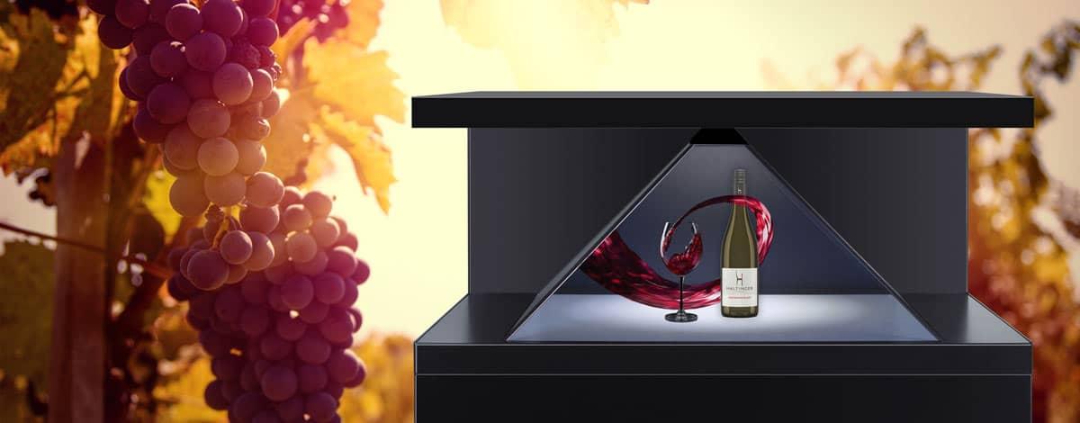 Hologramm Projektor Dreamoc XL2 Weinglas mit Flasche und projiziertem Wein