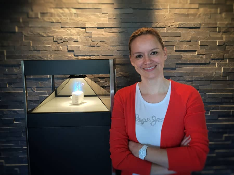 Katja Mangold im Holographie Showroom