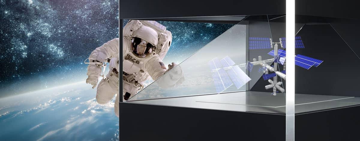 Astronaut schwebt vor ISS Hologramm