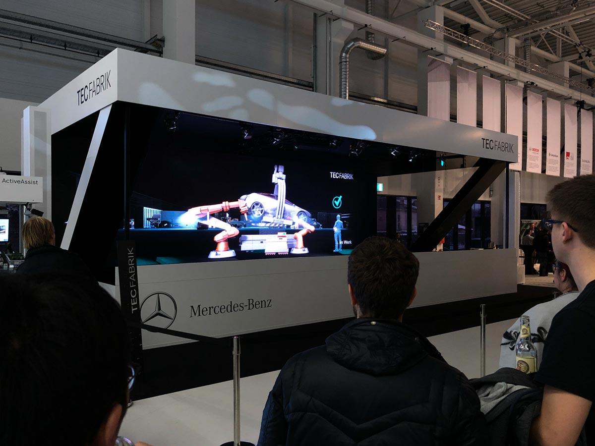 Hologramm Bühne Tec Fabrik Daimler Industrieroboter Automobilherstellung