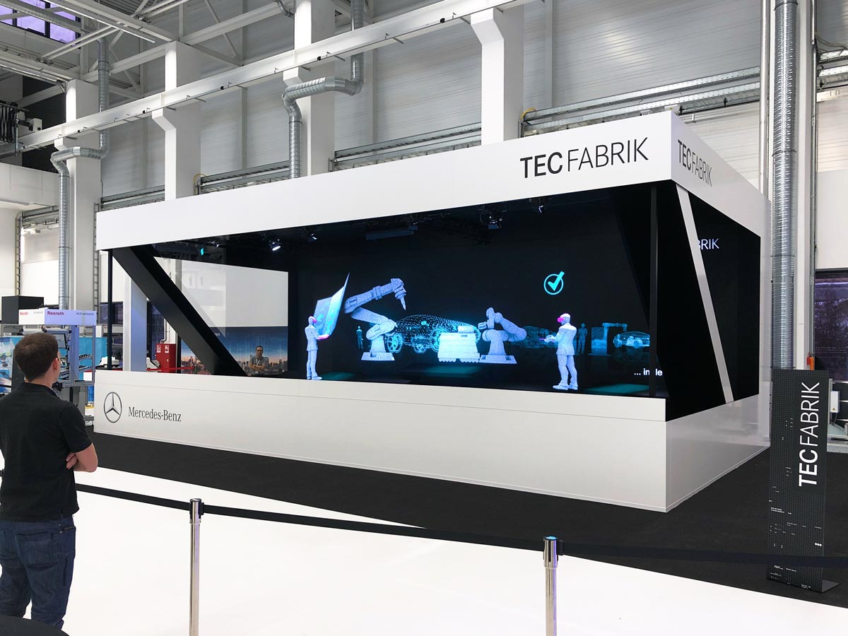 Hologramm Bühne Tec Fabrik Daimler Industrieroboter lebensgroß